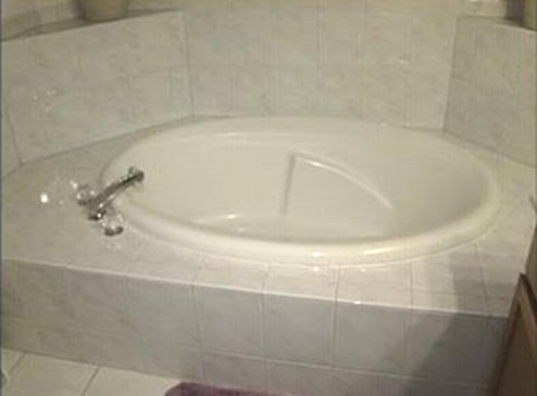 Kathleen Savio died in this bathtub. Source: A Candy Rose.
