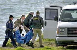 Police remove tarp with remains of Laci Peterson from bay